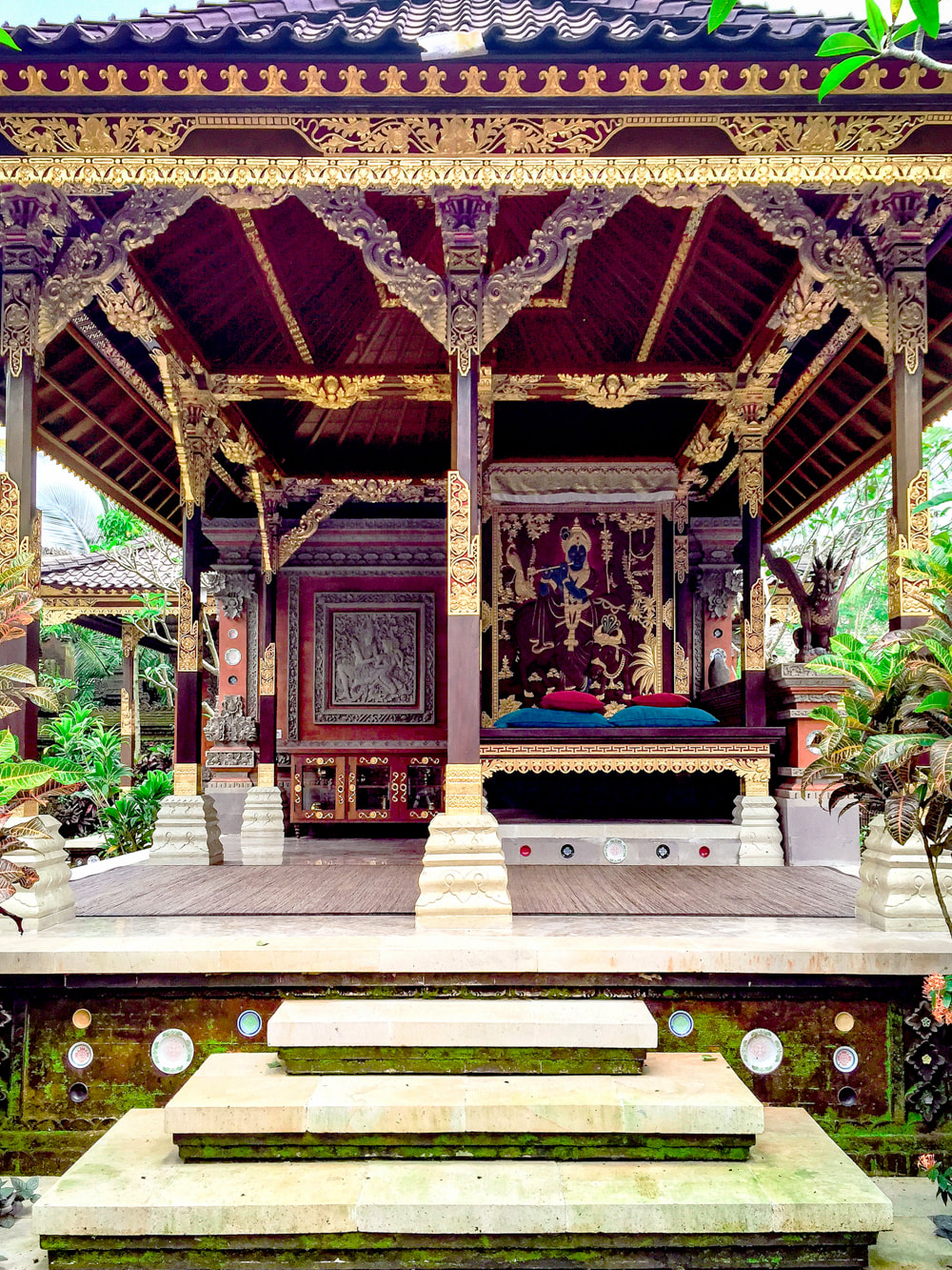 Gilded Bali bale, utilised for weddings and celebrations. Dwaraka, the Royal Villas, Ubud, Bali, Indonesia.